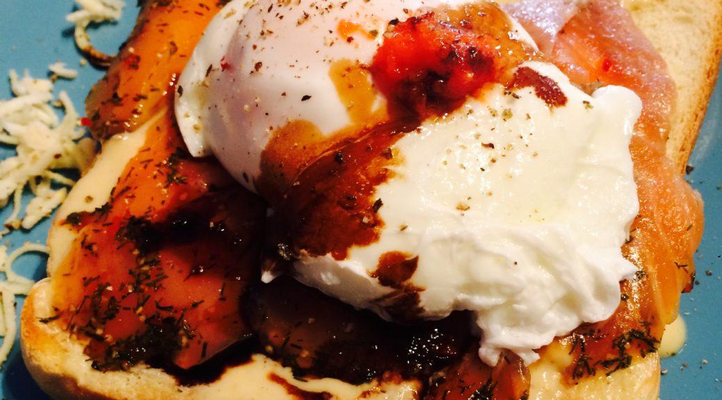 Egg Benedict mit Lachs-Toast